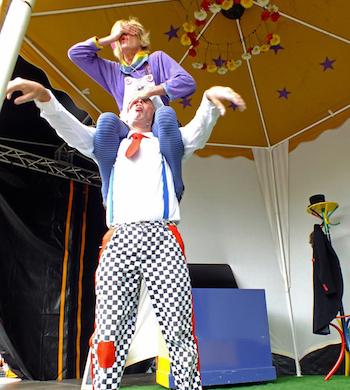 Clowneske acrobatische voorstelling